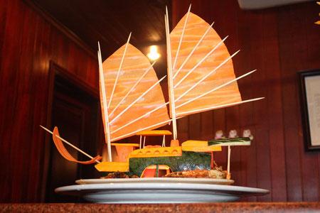 Unser Boot - aus Gurke geschnitzt