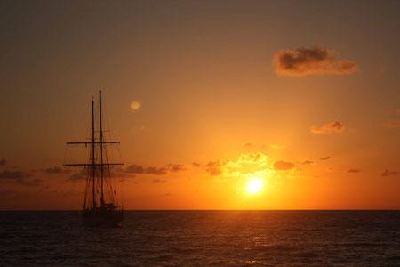 Die Spirit of the Pacific im Licht der aufgehenden Sonne