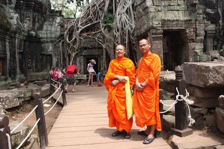 2 thailändische Mönche auf Sightseeing-Urlaub im Ta Prohm