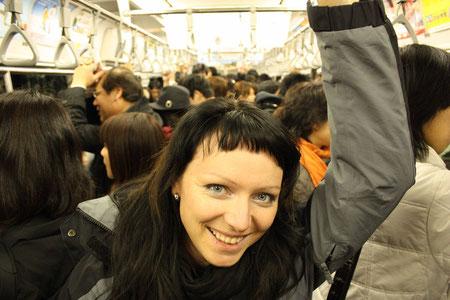 Jana in der überfüllten U-Bahn