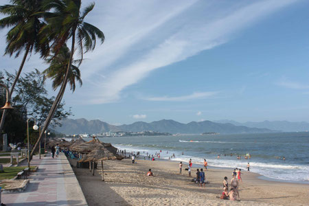 Der Strand von Nha Trang (die Plattenbauten links vom Bildausschnitt habe ich aus ästhetischen Gründen außen vor gelassen)