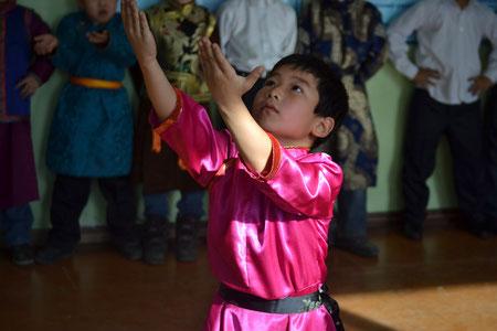 Im traditionellen mongolischen Tanz sind bereits manche Grundschueler geuebt.