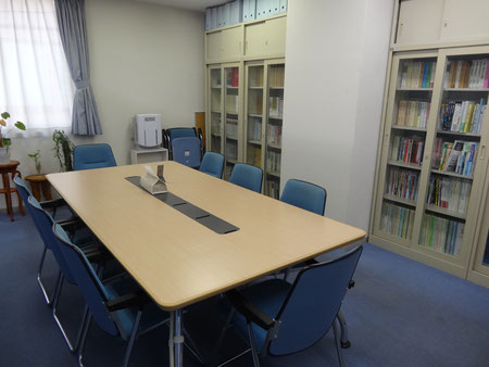 明るい雰囲気の相談スペースです!会議室としても使っています。