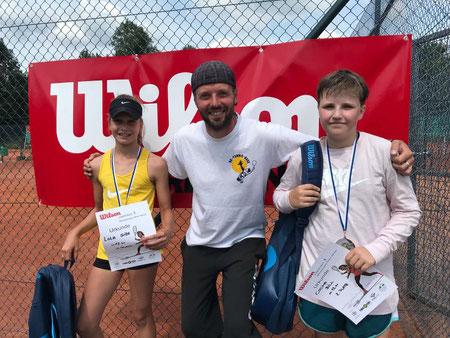Turnierleiter Anron Haaf - Mitte -  mit Siegerin U 12 Lola Giza li und Cosima Bill