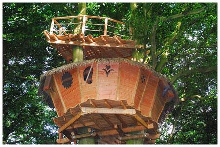 Cabane dans les arbres pour un week-end en amoureux en Normandie : terrasse à 16 m, au-dessus de la cabane, à 12 m.