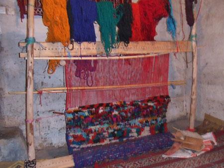 村の女性達は、伝統的な技法で羊の毛を染め、頭の中にあるデザインを思い描きながら絨毯を織り上げていきます