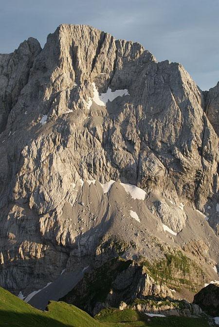 Die Nordwand der Hohen Warte, der Koban- Prunner- Weg führt im linken Bildteil ins teils schneebedckte obere Schuttkar hinauf und zieht dann nach rechts auf den Grat und über diesen zum Gipfel