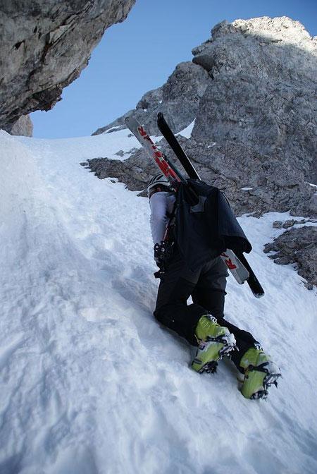 Die steilste Stelle ist auch die schmalste! Kaum 2m beträgt der Abstand zwischen den Felsen!