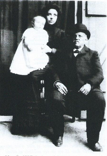 1901. LE FONDATEUR DE LA LIBRAIRIE OLLE-LACOUR (NÎMES 1863) Jean-François  Marcelin OLLE (1823-1903) HERITIER D'UNE LONGUE LIGNEE DE COLPORTEURS, SA FILLE ANNE et SON PETIT-FILS.