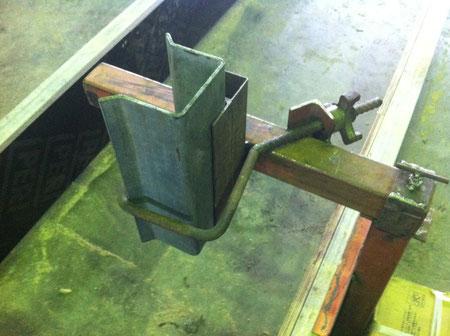 打ち込み式の架台支柱を固定する為今回開発した。ホルダー機能です。