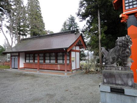 拝殿前の守札所