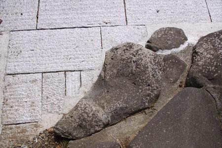 石畳の中にある「足の裏」石