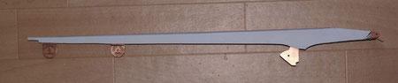 Der Ausleger ist hinten 415 mm (16,6 mm) und vorne 136 mm (5,5 mm). Deshalb verbreiterten wir ihn mit ABS-Platten.Danach wurde das obere Abdeckung angeschrägt