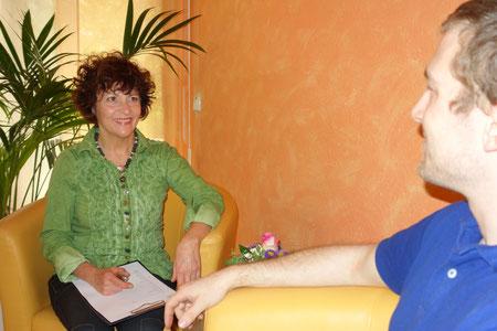 Heilpraktikerin Sonja Schmid führt Antlitzdiagnostik bei einem Patienten durch.