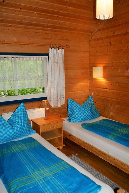 Schlafzimmer Nr.2 mit zwei Einzelbetten.