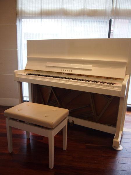 今日は白いピアノが用意されていました^^