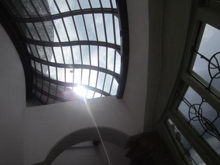 出口への道なかなかオシャレな廊下の天井。