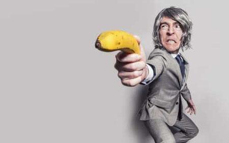 man använder banan som pistol