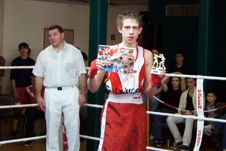 Mats Berger erhält einen Pokal zum  50. Kampf