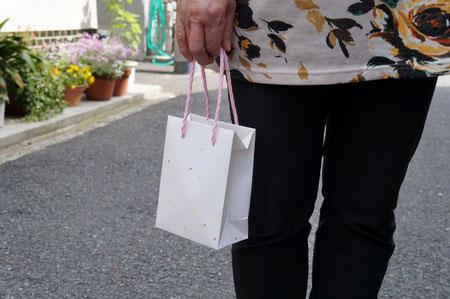 和紙を使って手加工で作製した紙袋の小袋