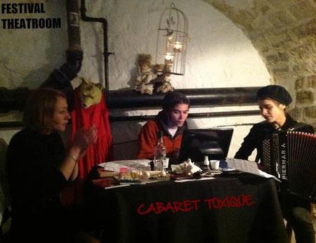 La COQUILLE: L'infernale et sublime trio fantasticus :: Anita Volk + Henrik Aeshna + Sandra Wild = CABARET TOXIQUE qui déploie plume et voix dans l'enceinte du Festival Theatroom.  - Photo: Theatroom