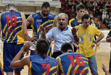"""Un time-out """"infuocato"""" di coach Zanellati (foto Daniele Piedinovi)"""