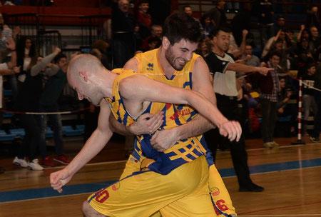 Dipo e Marco Mossi impazziti di gioia (foto Daniele Piedinovi)
