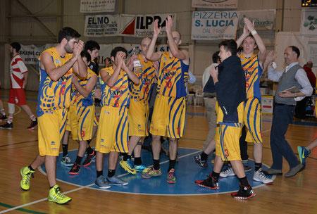 """Il """"fortino"""" resiste, i ragazzi festeggiano! (foto Daniele Piedinovi)"""