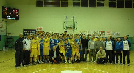 Foto di gruppo finale con atleti e staff al completo