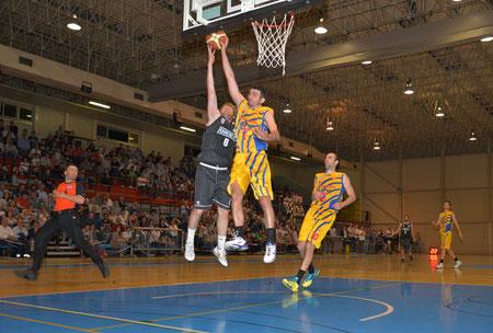 Mirko vola a stoppare Gioria in contropiede (foto Daniele Piedinovi)