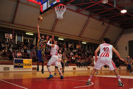 Un gancione di Di Paola a segno contro Ravazzani (foto Daniele Piedinovi)