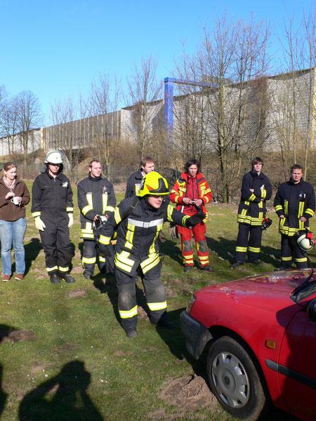 Kontaktaufnahme mit dem Verunfallten gezeigt durch Daniel Querner vom TRT Mönchengladbach