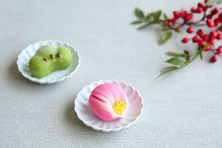 """ピンクのバラ、ガーベラ、カスミソウのブーケ。英語で""""ありがとう""""と書かれたメッセージカード"""