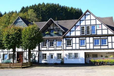 In unserem schönen Fachwerkhaus wohnen drei Generationen unter einem Dach.