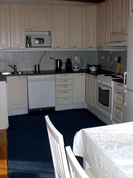 Komplett ausgestattete Küche mit Mikrowelle und Gefrierschrank.