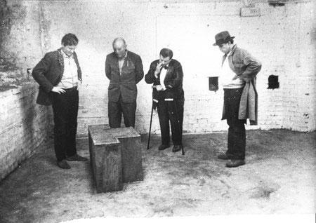 Auf dem Bild sind die Personen IGADiM, Herr X, Helmut Rywelski, Joseph Beuys zu sehen.