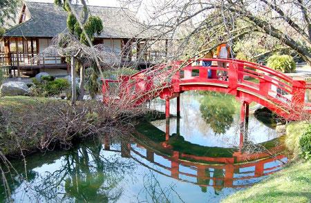 Le pont rouge au jardin japonais à Toulouse