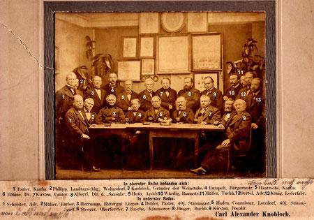 """Die """"Tafelrunde"""" der Honoratioren der Stadt Radeberg in der Weinstube von C. A. Knobloch. Hist. Foto um 1873 (Museum Schloss Klippenstein Radeberg)"""