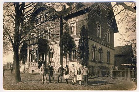 """Das 1898 von Karl Micklich auf seinem Flurstück 101 der Gemarkung Lotzdorf erbaute Haus """"Dresdner Str. 90 in Lotzdorf"""";  (Aufnahme 1928)"""
