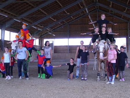 Abschlusspyramide mit Kindern, Trainern und Pferden