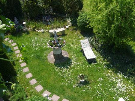 Blick vom Südbalkon auf unseren oberen Garten im Sommer.