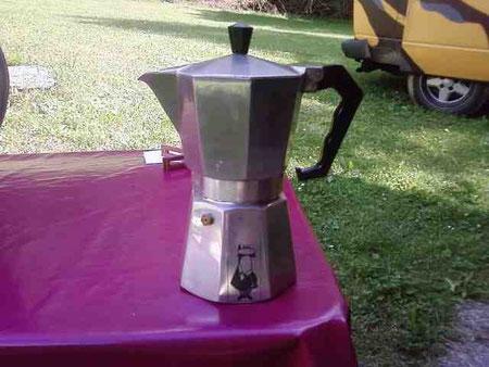 Das gute Stück wird auf den Campingkocher gestellt und macht ca zwei Kaffeetassen