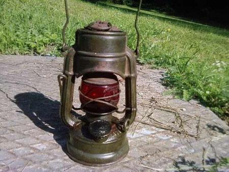 Eine Feierhand 75 Atom STK mit rotem Glas, Juli 2009 in Österreich adoptiert