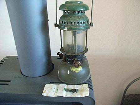 Diesesmal noch ungeputzt, die Lampe wurde ca 1965 in einem Keller in Berlin gefunden, und war bis 2009 mit sehr viel Öl konserviert