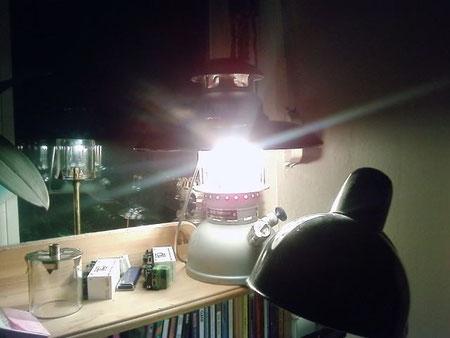 Diese 827 B aus Beständen der Bundeswehr, kam vor kurzem als Neuteil zu mir, ich habe diese Lampe nach vielen Jahren aus ihrem engen Kartonverließ befreit und zum leuchten gebracht, Sprit rein, fertig :-)