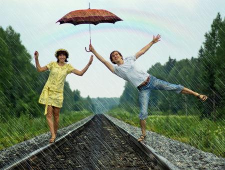 Tanzendes Paar auf Bahnschienen, www.center-of-being.com, Freude, Tanz unter dem Regenbogen, Regentanz, glücklich, Lebensfreude, das Leben genießen