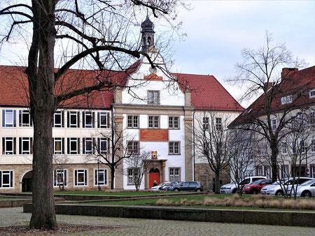 """Das """"Josephinum"""" auf dem Hildesheimer Domhügel - mit der 1694 errichteten barocken Giebelfront"""