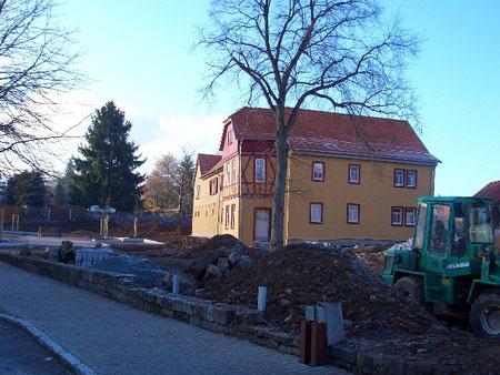 10.12.2005 Die Außenanlagen vor der Mühle entstehen.