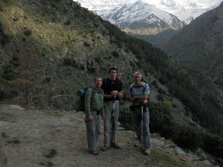 """EL COMANDO CHOTO en la puerta del refugio """"El Aceral"""", con las nieves de Sierra Nevada al fondo, realizando la ruta Vereda de la Estrella, el día de su fundación."""
