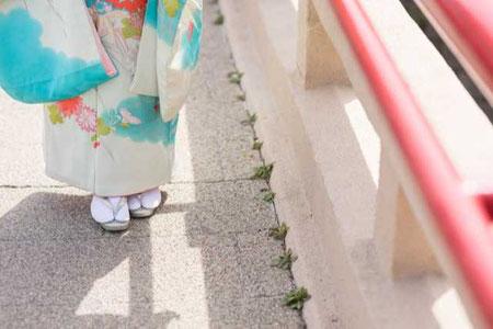 草履を履いた着物姿の女性